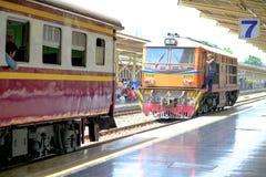 Der alte Dieselzug, der für läuft, schließen an einer Plattform der Eisenbahn wieder an Stockfotografie