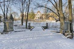 Der alte edle Zustand im schneebedeckten verlassenen Park Russland Lizenzfreies Stockbild