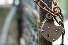 Der alte eingehängte Verschluss auf einer Kette Stockbild