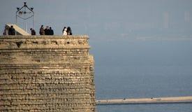 Der alte Erstturm von Baku, Aserbaidschan über dem Kaspischen Meer Lizenzfreies Stockfoto