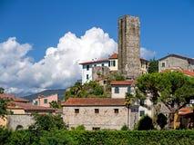 Der alte fünfeckige Turm, Vezzano Ligure, Italien Lizenzfreie Stockfotos