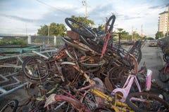 Der alte Fahrradschrott. Lizenzfreie Stockbilder