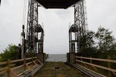 Der alte faule Fährenbeleg, der nach einer Brücke verlassen wurde, wurde aufgebaut Lizenzfreie Stockfotos