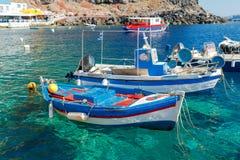 Der alte Fischereihafen im Dorf Oia Stockbild