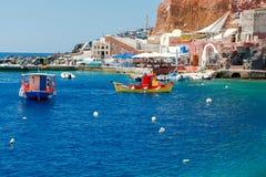 Der alte Fischereihafen im Dorf Oia Stockfoto
