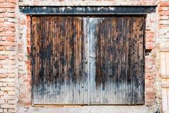 Der alte Garagentor in der Backsteinmauer Stockbilder