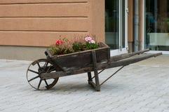 Der alte Gartenwagen als Dekoration Lizenzfreies Stockbild