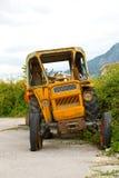 Der alte gebrochene Traktor Lizenzfreies Stockfoto