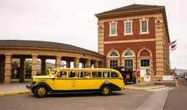 Der alte gelbe Bus Stockbilder