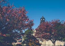 Der alte Glockenturm auf dem Dach des Altbaus hat rote Blatt-, Orange und Blauehimmel Herbst in Yamagata, Japan, Weinlese stockfoto