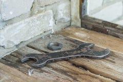 Der alte große Schlüssel mit einer Nuss sind auf dem Brett Lizenzfreies Stockbild