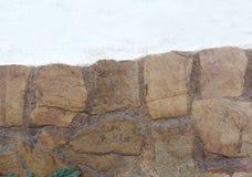 Der alte, große Stein mit Stuck Stockfotografie