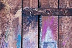 Der alte hölzerne farbige Fensterladen Stockbilder