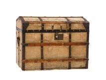 Der alte hölzerne geschlossene Kasten gepasst durch Segeltuch und die geschmiedeten Metallplatten und der Verschluss auf dem weiß lizenzfreies stockfoto