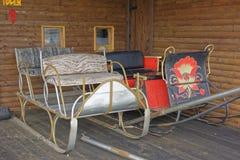 Der alte hölzerne Lastwagen in ausgezeichneter Landsitz haus- Dorf Shuvalovka Lizenzfreies Stockbild