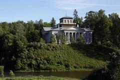 Der alte hölzerne Palast Nabokow auf einem Hügel nahe dem Fluss Oredezh Lizenzfreie Stockbilder