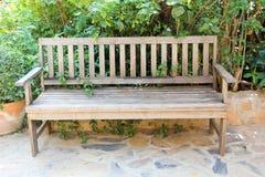 Der alte hölzerne Stuhl im Garten Lizenzfreie Stockfotografie