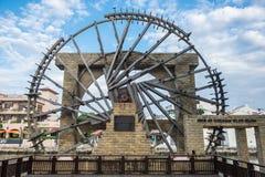 Der alte hölzerne Wasserrad nahe gelegene Malakka-Fluss Lizenzfreie Stockfotografie