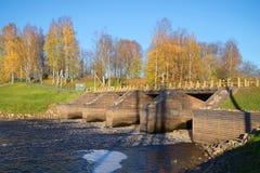 Der alte hölzerne Zugang auf dem Fluss Tikhvinka, Herbst Tikhvin, Russland Lizenzfreies Stockfoto