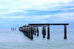 Der alte Hafen durch das Meer Stockbild