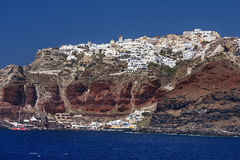 Der alte Hafen und die Stadt Oia auf Santorini neigt sich Stockbilder