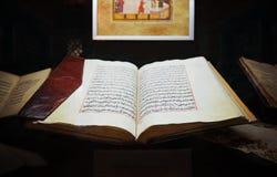 Der alte heilige islamische Buch Koran öffnete die lederne Abdeckung, die mit verglichen wurde lizenzfreies stockbild