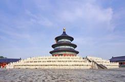 Der alte Himmelstempel gegen einen blauen Himmel mit weißen Wolken, Peking, China Stockfoto