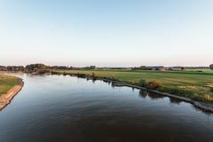 Der alte holländische Fluss IJssel an einem sonnigen Nachmittag Lizenzfreie Stockfotografie