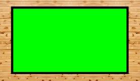 Der alte Holzrahmen, der auf grünem Hintergrund- und Kopienraum für Sie lokalisiert wird, simsen Design lizenzfreies stockbild