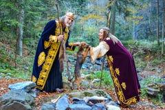 Der alte König, eine Königin und ein kleiner Jagdhund Stockfotos