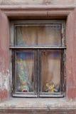 Der alte Kasten in einem Holzrahmen in der Wand eines Hauses lizenzfreie stockbilder