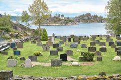 Der alte Kirchhof auf einem Fjord in Norwegen lizenzfreie stockfotografie