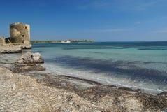Der alte Kontrollturm und das schöne Meer lizenzfreies stockfoto