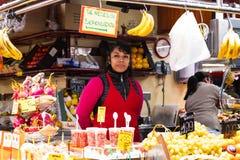 Der alte Lebensmittelgeschäftmarkt von Barcelona Boqueria Lebensmittel jamon Gemüse für Touristen und Besucher an die Stadt verka Stockbild