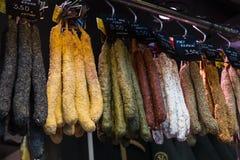 Der alte Lebensmittelgeschäftmarkt von Barcelona Boqueria Lebensmittel jamon Gemüse für Touristen und Besucher an die Stadt verka Stockbilder