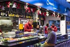 Der alte Lebensmittelgeschäftmarkt von Barcelona Boqueria Lebensmittel jamon Gemüse für Touristen und Besucher an die Stadt verka Lizenzfreies Stockfoto