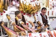 Der alte Lebensmittelgeschäftmarkt von Barcelona Boqueria Lebensmittel jamon Gemüse für Touristen und Besucher an die Stadt verka Stockfotos