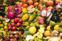 Der alte Lebensmittelgeschäftmarkt von Barcelona Boqueria Lebensmittel jamon Gemüse für Touristen und Besucher an die Stadt verka Stockfoto