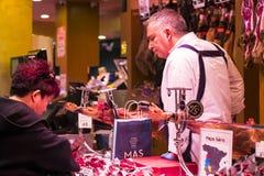 Der alte Lebensmittelgeschäftmarkt von Barcelona Boqueria Lebensmittel jamon Gemüse für Touristen und Besucher an die Stadt verka Lizenzfreie Stockfotos