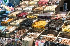 Der alte Lebensmittelgeschäftmarkt von Barcelona Boqueria Lebensmittel jamon Gemüse für Touristen und Besucher an die Stadt verka Lizenzfreie Stockfotografie