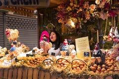 Der alte Lebensmittelgeschäftmarkt von Barcelona Boqueria Lebensmittel jamon Gemüse für Touristen und Besucher an die Stadt verka Stockfotografie