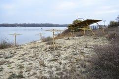 Der alte leere Strand nahe dem Fluss Lizenzfreie Stockbilder