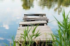 Der alte Liegeplatz auf der Bank des Sees Lizenzfreies Stockfoto