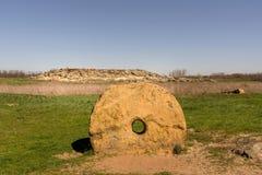 Der alte alte Mühlstein im national-historischen und archäologischen Reserve Stein-Grab, Ukraine Lizenzfreie Stockbilder