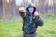 Der alte Mann übt Kampfkünste in der Waldnahaufnahme Stockfoto
