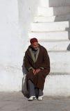 Der alte Mann, der auf der Treppe sitzt Lizenzfreie Stockfotos