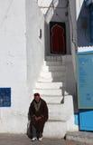 Der alte Mann, der auf der Treppe sitzt Lizenzfreies Stockfoto