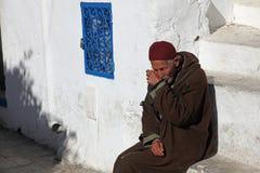 Der alte Mann, der auf der Treppe sitzt Stockfotos