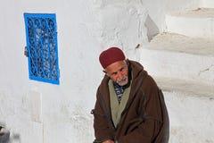 Der alte Mann, der auf der Treppe sitzt Stockbilder