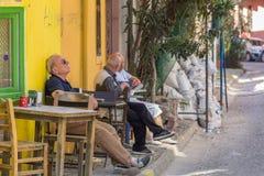 Der alte Mann, der auf einem Stuhl stillsteht Stockfoto